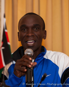1st place finisher Eliud Kipchoge giving a vote of thanks.