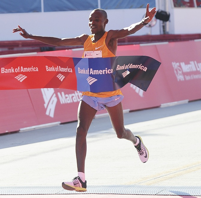 CHICAGO, IL - OCTOBER 11: Chumba Dickson of Kenya crosses the finish line to win the Mens 2015 Bank of America Chicago Marathon on October 11, 2015 in Chicago, Illinois. (Photo by David Banks/Getty Images)